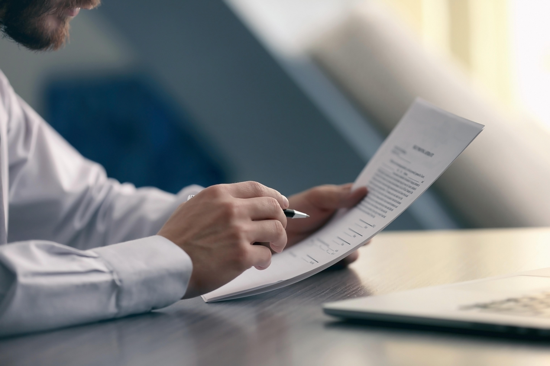 Notar liest ein Dokument